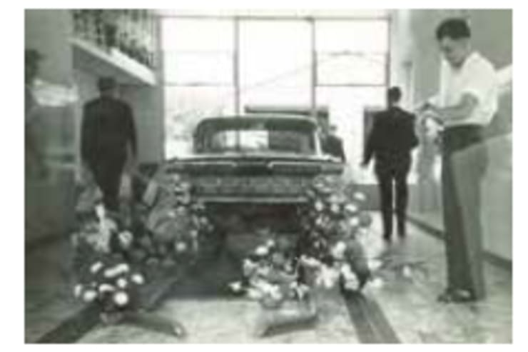 Krantenknipsel opening auto garage H Top geopend in 1955