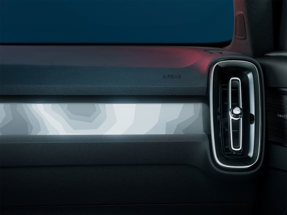 Back-lit instrument panel with décor and air vent on the Volvo C40 Recharge.
