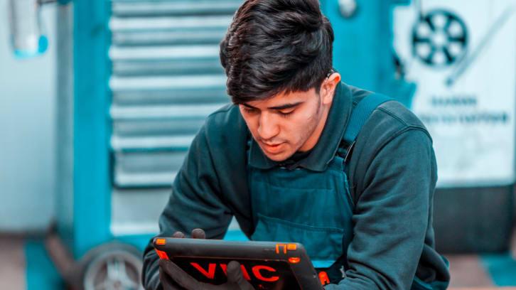 Monteur Nefkens gebruikt tablet voor de Vehicle Health Check